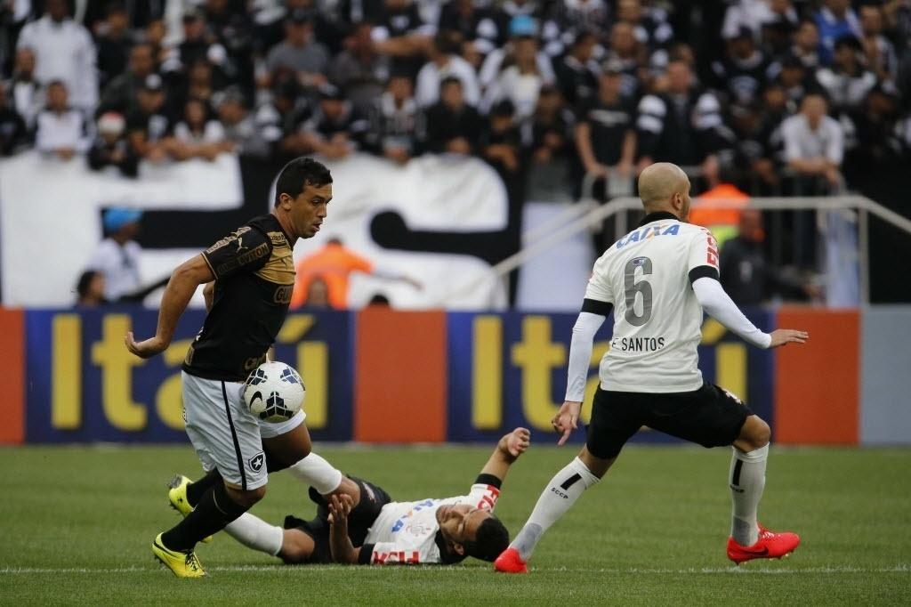 01. jun. 2014 - Jogadores de Corinthians e Botafogo lutam pela bola no Itaquerão