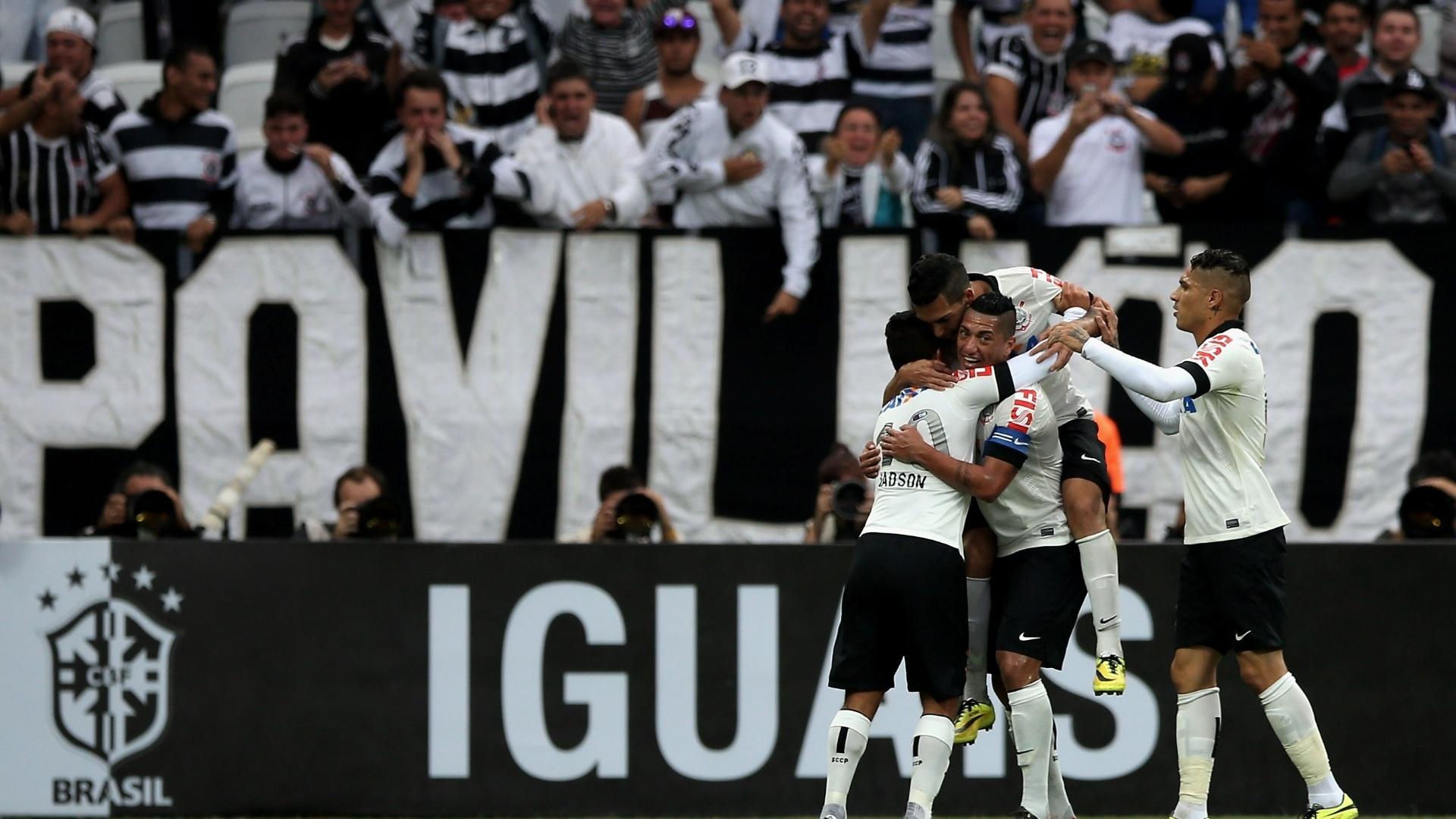 01. jun. 2014 - Jogadores do Corinthians celebram o gol de Jadson sobre o Botafogo