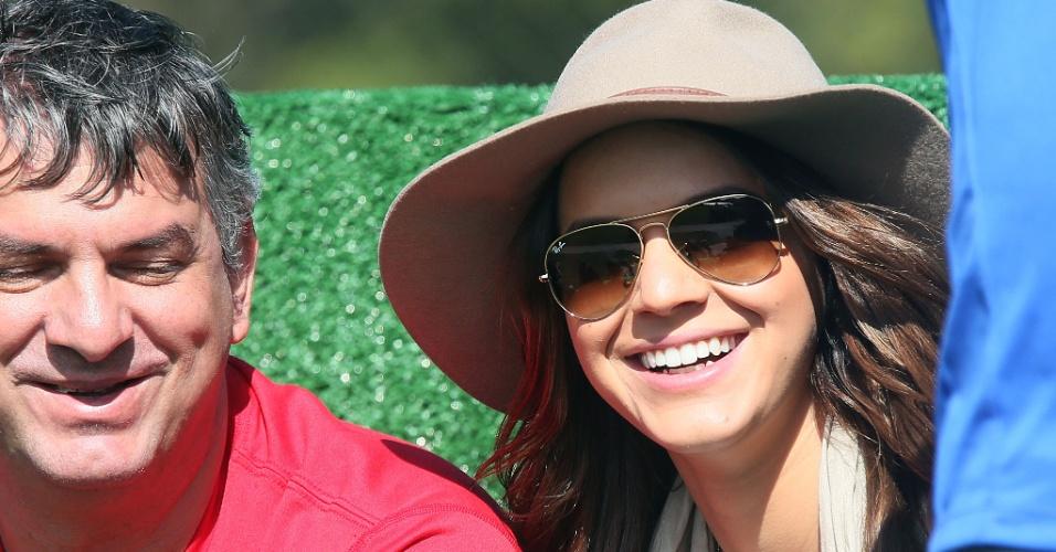 01.jun.2014 - Bruna Marquezine, namorada de Neymar, marca presença no treino da seleção brasileira, na Granja Comary; atriz da Globo tentou 'se esconder' das câmeras