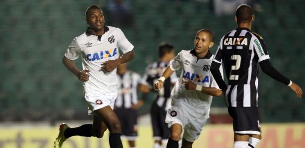 Douglas Coutinho ainda não sabe onde vai jogar em 2016. Ele quer defender o Cruzeiro