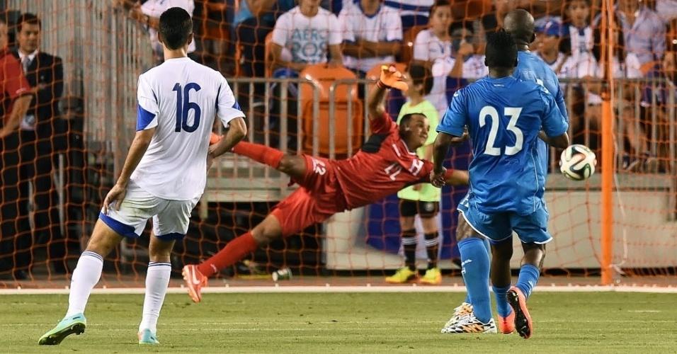 1.jun.2014 - Escober pula, mas não alcança cute de Zahavi; gol de Israel sobre Honduras
