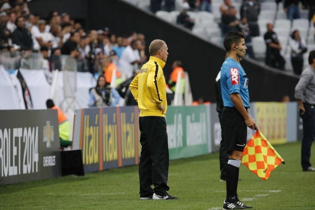 1.jun.2014 - Mano Menezes comanda o Cornthians contra o Botafogo no Itaquerão