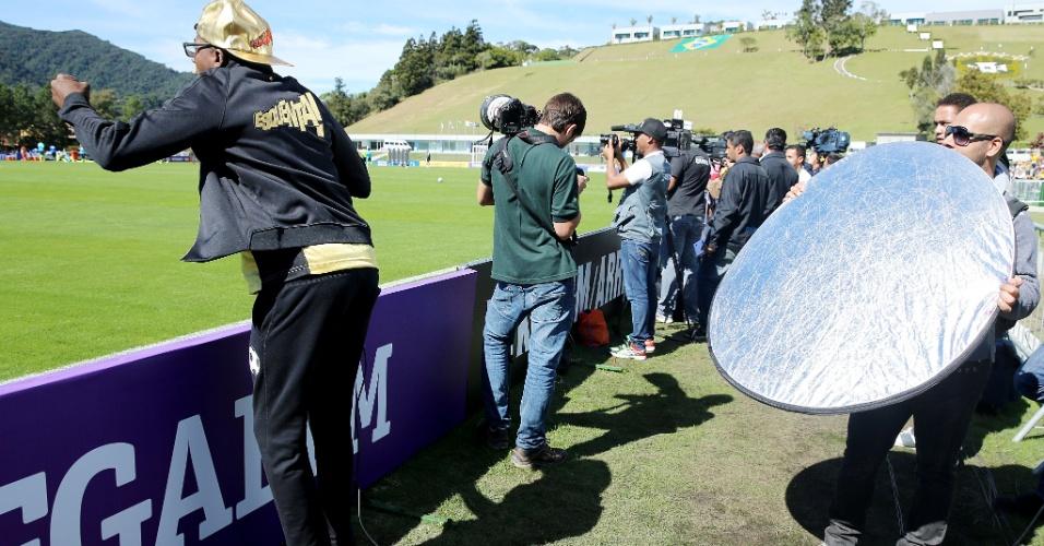 31.mai.2014 - Mumuzinho participa da gravação do programa Esquenta, da TV Globo, ao lado do campo de treinamento