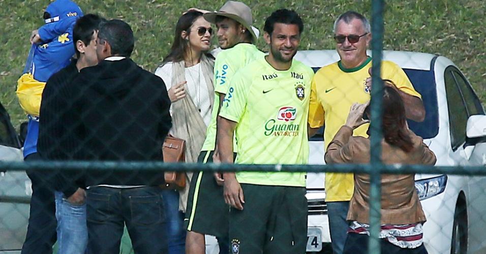 Neymar usa o chapéu de Bruna Marquezine após treino, enquanto Fred posa para foto