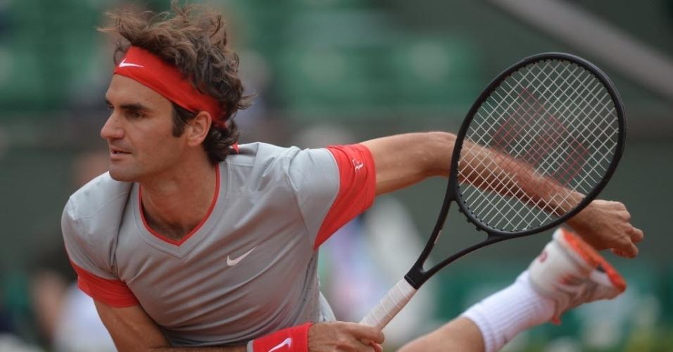 Roger Federer saca durante partida contra Ernests Gulbis