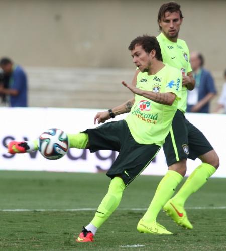 02.06.14 - Atacante Bernard no treino da seleção no Serra Dourada