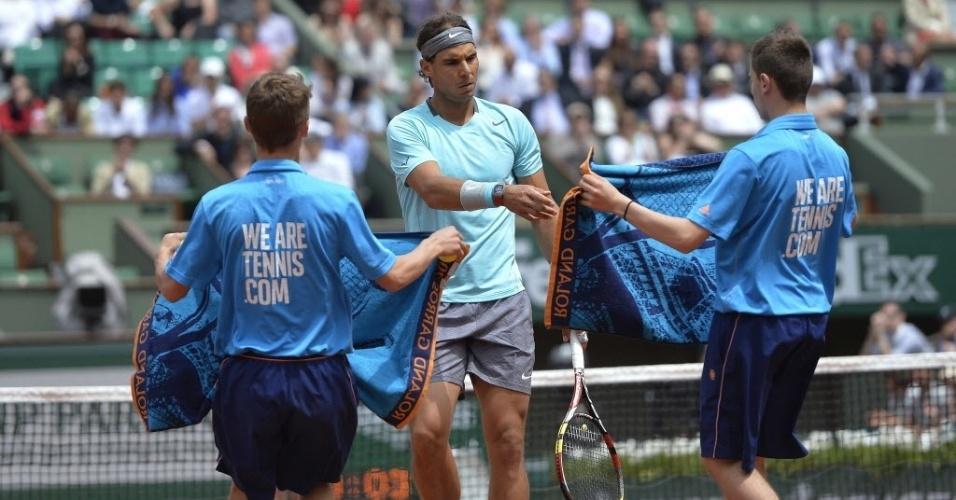02.jun.2014 - Rafael Nadal recebe toalha dos boleiros durante partida de Roland Garros contra Dusan Lajovic