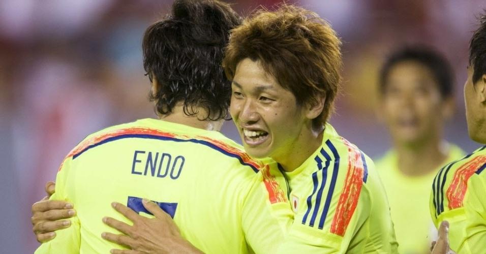 2.jun.2014 - Endo celebra com Osako seu gol, o ° do Japão no amistoso com a Costa Rica