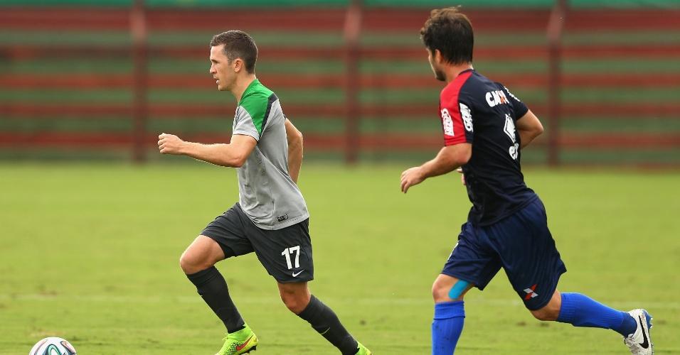 Australiano Matt McKay controla bola durante jogo-treino contra o Paraná Clube, em Cariacica
