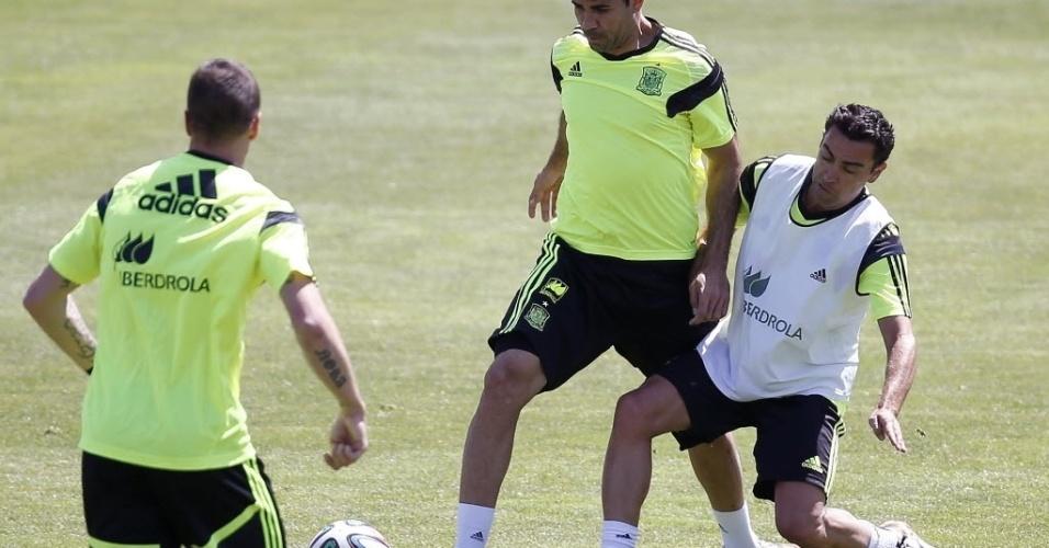 Diego Costa, em dividia com Xavi, durante treino da Espanha
