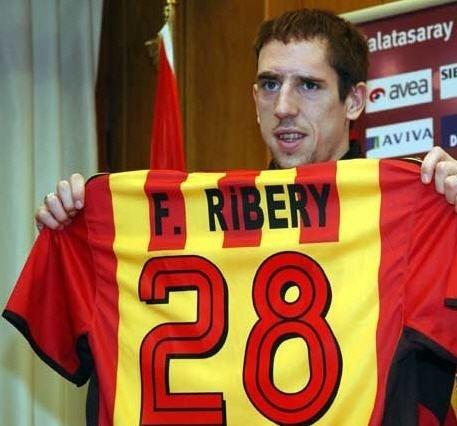 Franck Ribéry posa com a camisa do Galatasaray