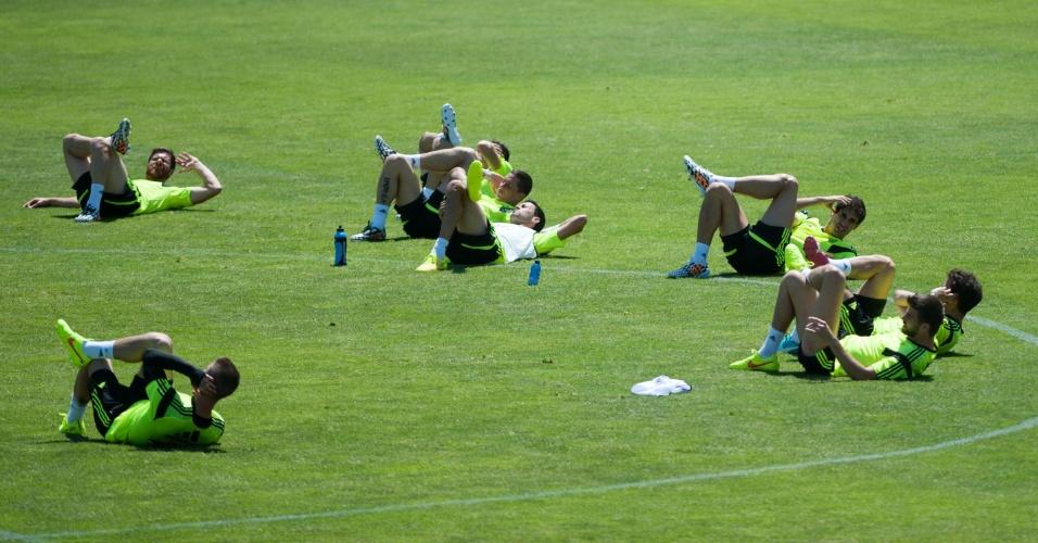 Jogadores da seleção espanhola fazem aquecimento durante preparação em Las Rozas