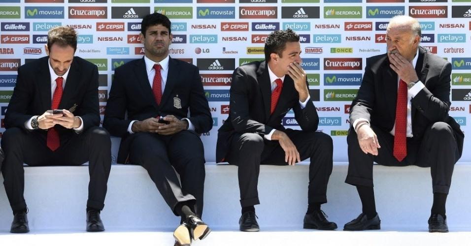 Juanfran, Diego Costa, Xavi Hernández e o técnico espanhol Vicente del Bosque em evento no CT