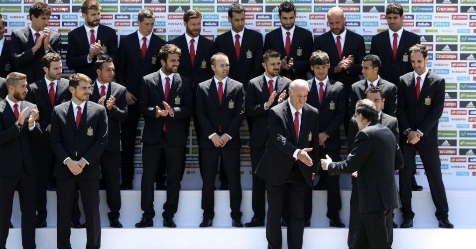 Presidente do governo espanhol, Mariano Rajoy, é recebido pela seleção antes da Copa