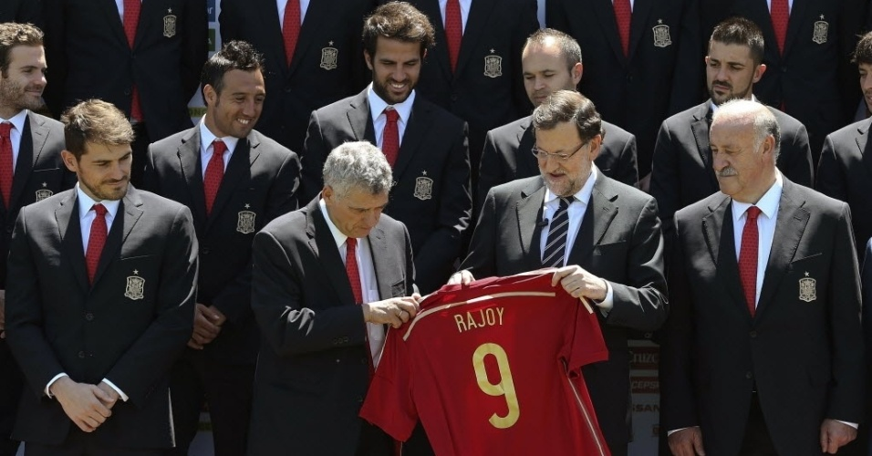 Presidente do governo espanhol, Mariano Rajoy, recebe camisa da Seleção