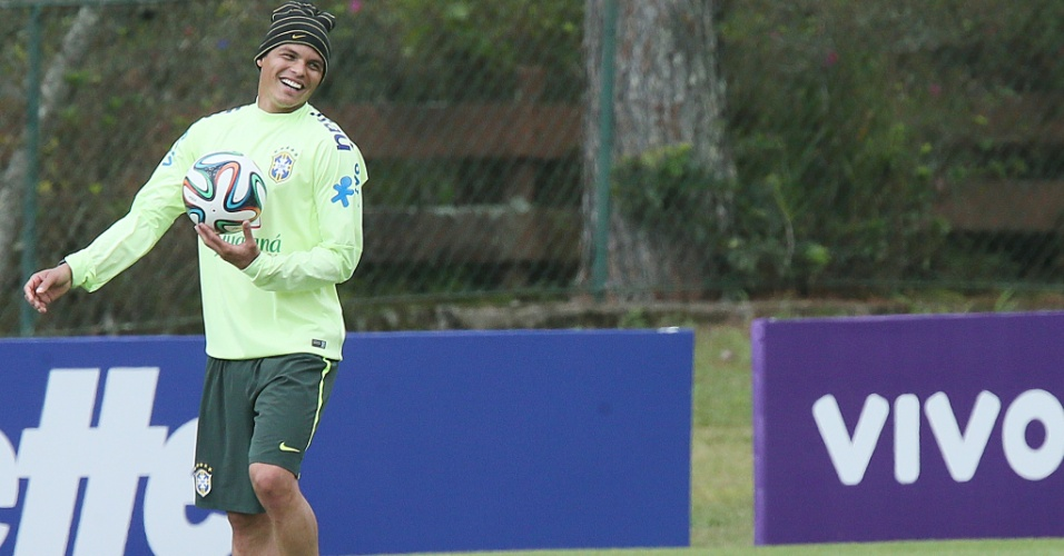 03.06.14 - Thiago Silva sorri em treino na Granja Comary