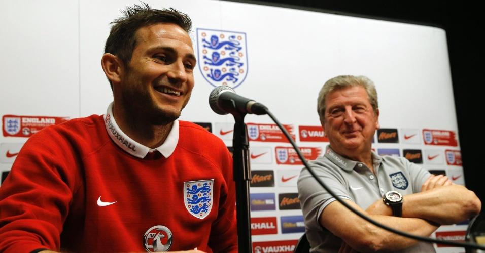 Ao lado do técnico Roy Hodgson, o meia Frank Lampard participa de coletiva de imprensa da seleção da Inglaterra, em Miami