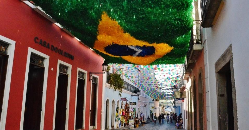 Bandeiras do Brasil feitas com fitas de plástico foram espalhadas pelas ruas
