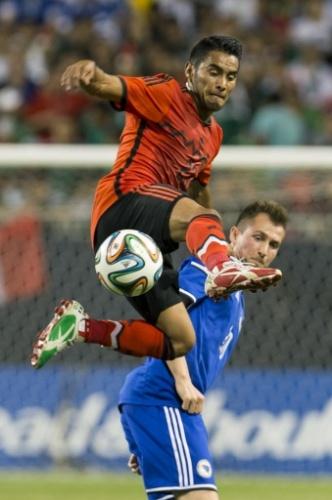José Juan Vázquez (no alto) disputa a bola em amistoso do México contra a Bósnia