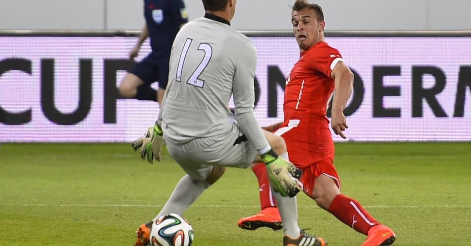 Meia Xherdan Shaqiri, da Suíça, toca bola entre as pernas de George Forsyth, do Peru, para marcar segundo gol de sua seleção em amistoso em Lucerna