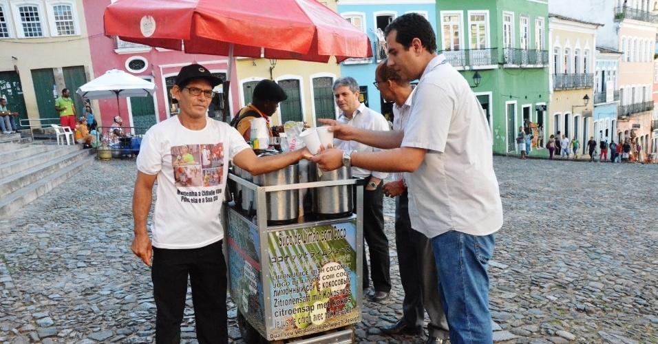 Milton Cavalcanti se especializou na venda de suco de limão com coco