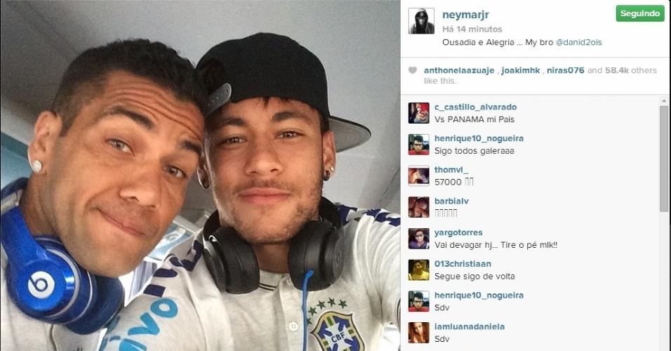 Neymar posa ao lado de Daniel Alves no ônibus da seleção a caminho de amistoso (03.jun.2014)
