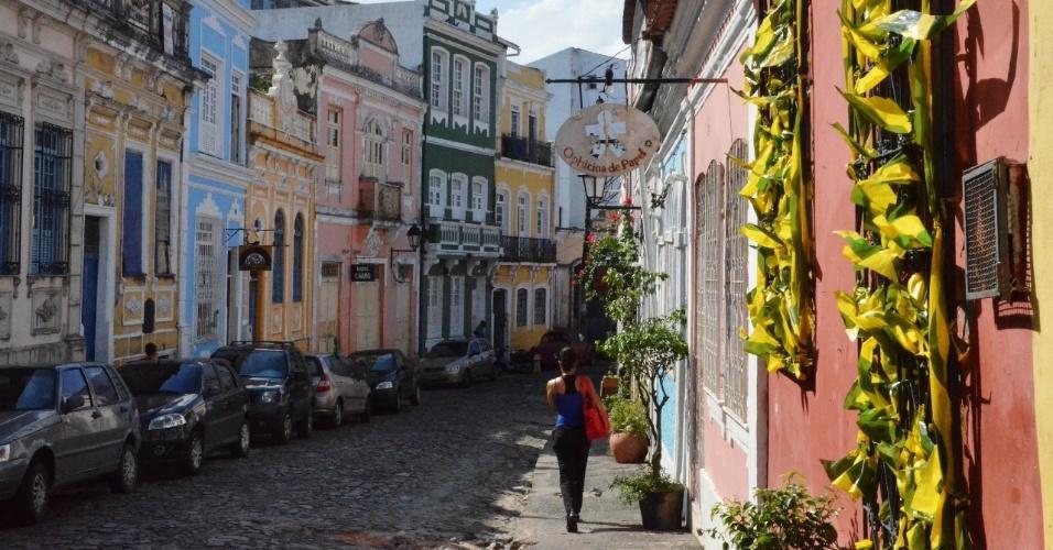 O verde e o amarelo são as cores predominantes pelas ruas do Pelourinho