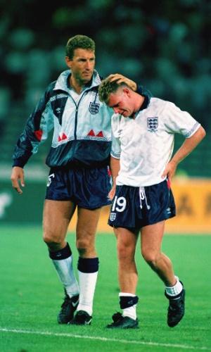 Paul Gascoigne, da Inglaterra, deixa campo chorando ao lado de Terry Butcher após vitória da Alemanha nos pênaltis na semifinal da Copa do Mundo de 1990