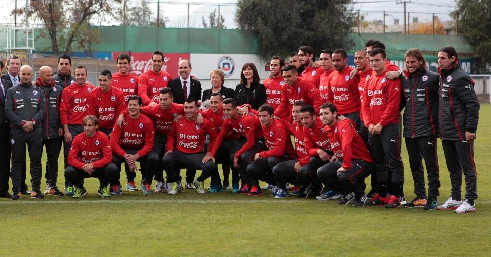 Presidenta Michelle Bachelet posa com elenco da Seleção do Chile, em Santiago