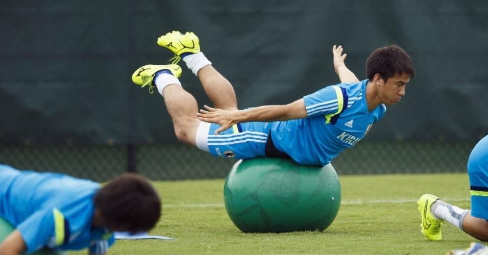 Shinji Okazaki, em exercício de equilíbrio da seleção japonesa, em sua preparação nos EUA