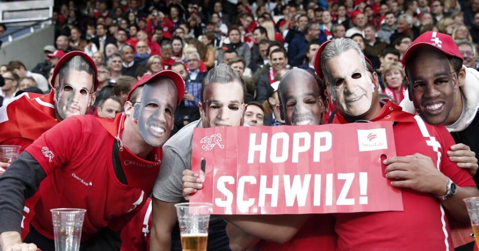 Torcedores da Suíça aguardam início de amistoso contra o Peru, no estádio Swissporarena, em Lucerna