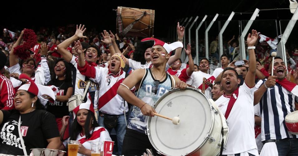 Torcedores do Peru fazem a festa no estádio Swissporarena, em Lucerna, antes de amistoso contra a Suíça