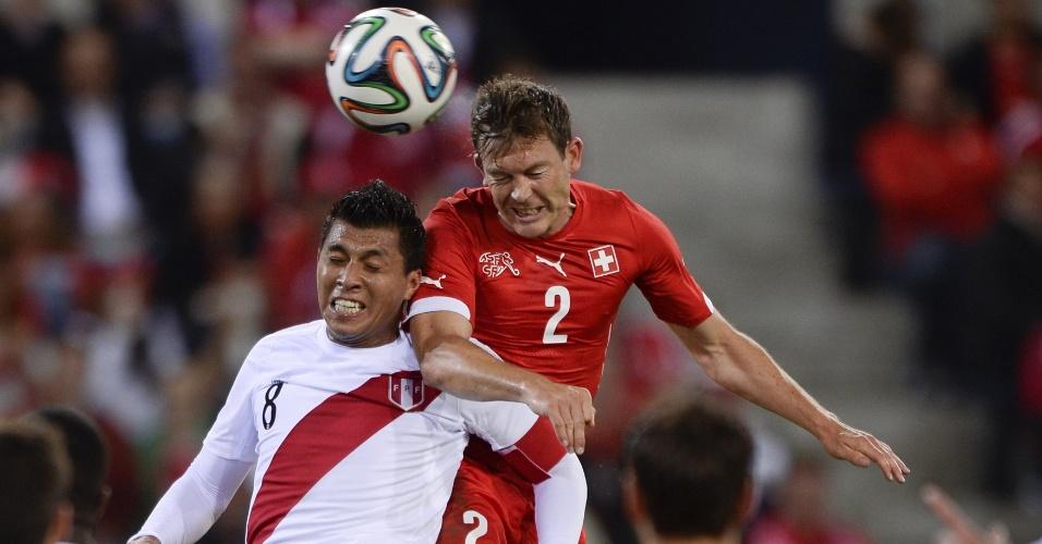 Zagueiro Stephan Lichtsteiner, da Suíça, cabeceia para marcar o primeiro gol de sua seleção em amistoso contra o Peru, em Lucerna
