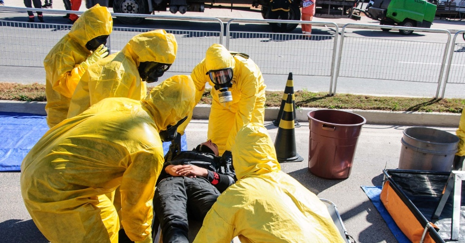 04.jun.2014 - A simulação teve como objetivo preparar os homens do exército para uma situação de ataque químico