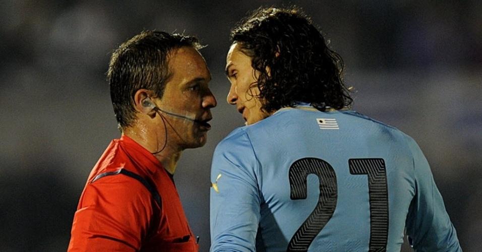 04.jun.2014 - Cavani encara o árbitro após falta do ataque do Uruguai