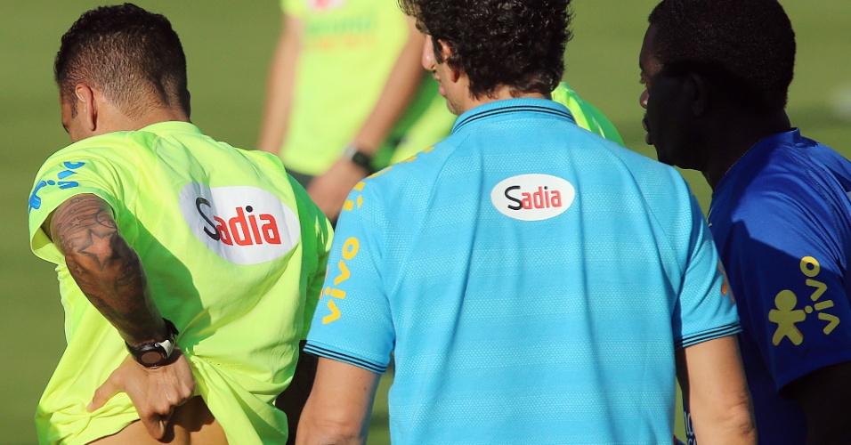 04.jun.2014 - Daniel Alves sente dores nas costas durante treino da seleção brasileira na Granja Comary