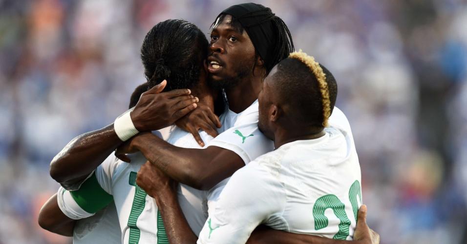04.jun.2014 - Gervinho é abraçado por companheiros após abrir o placar para a Costa do Marfim sobre El Salvador
