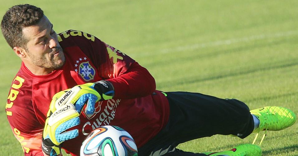 04.jun.2014 - Goleiro Júlio Cesar cai para fazer defesa durante treino da seleção brasileira na Granja Comary