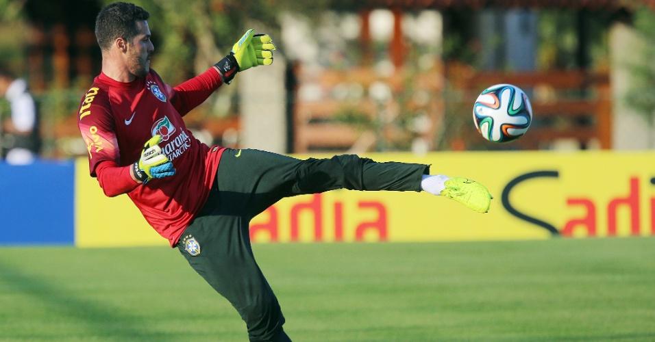 04.jun;2014 - Goleiro Júlio Cesar faz reposição de bola durante treino da seleção brasileira na Granja Comary