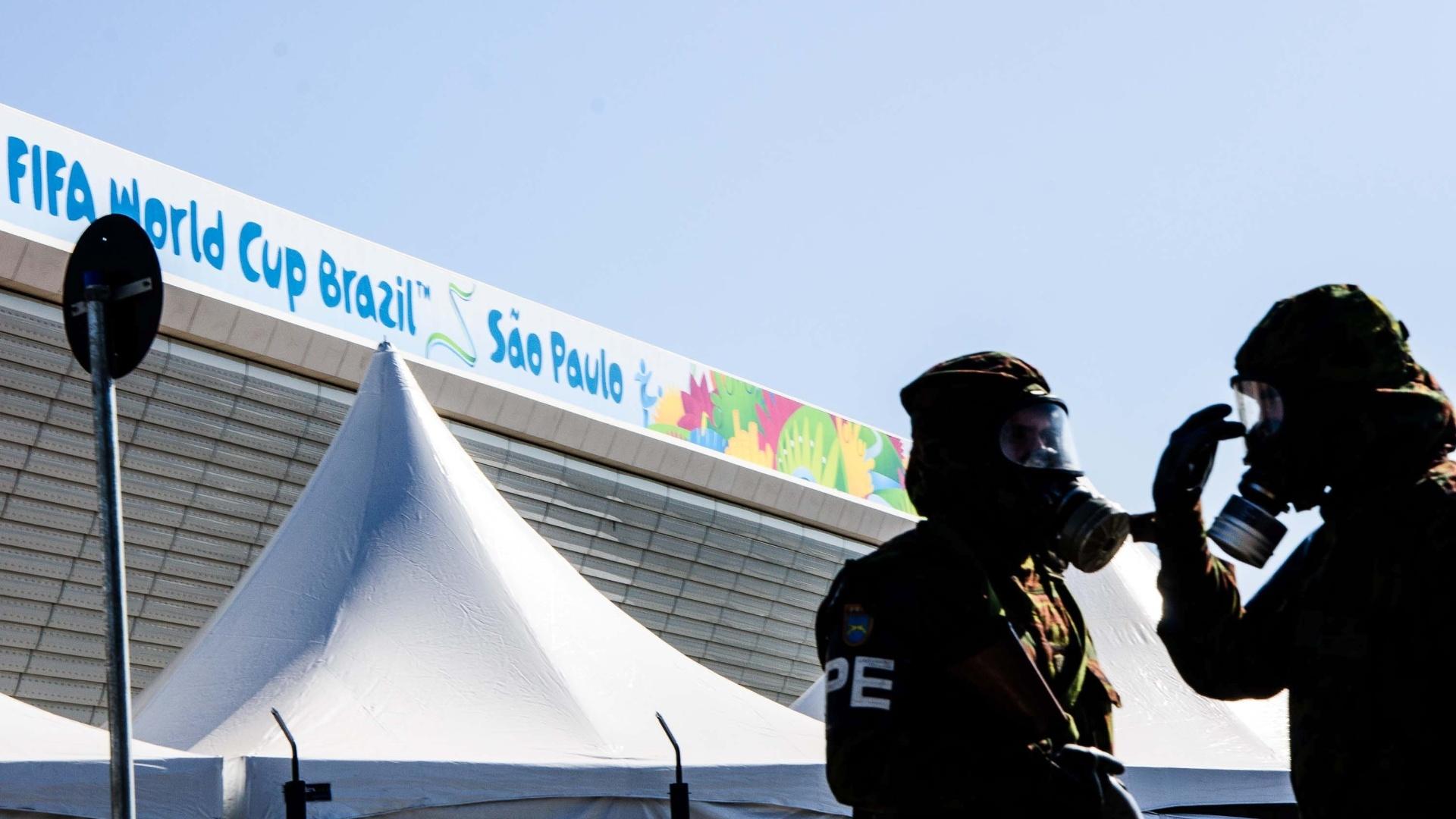 04.jun.2014 - Homens do exército brasileiro fazem treino contra ataque químico no Itaquerão nesta quarta-feira