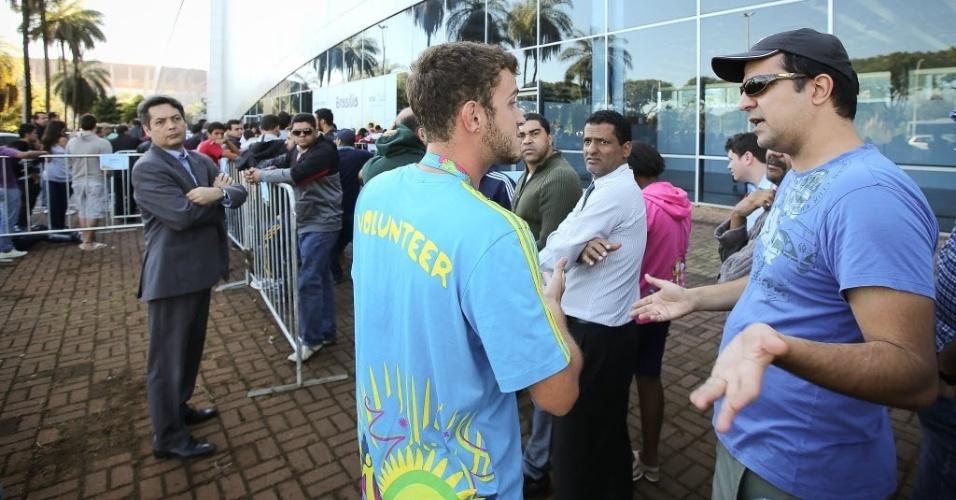 04.jun.2014 - Torcedores enfrentam longas filas em Brasília para tentar comprar os últimos ingressos da Copa do Mundo