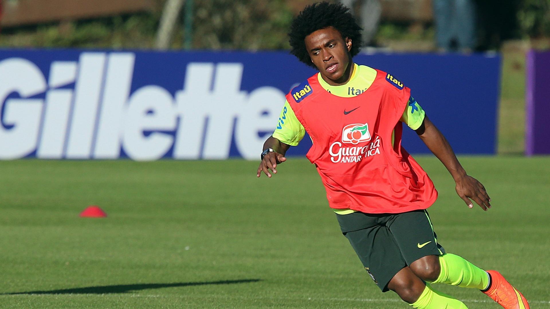 04.jun.2014 - Willian corre durante treino da seleção brasileira na Granja Comary