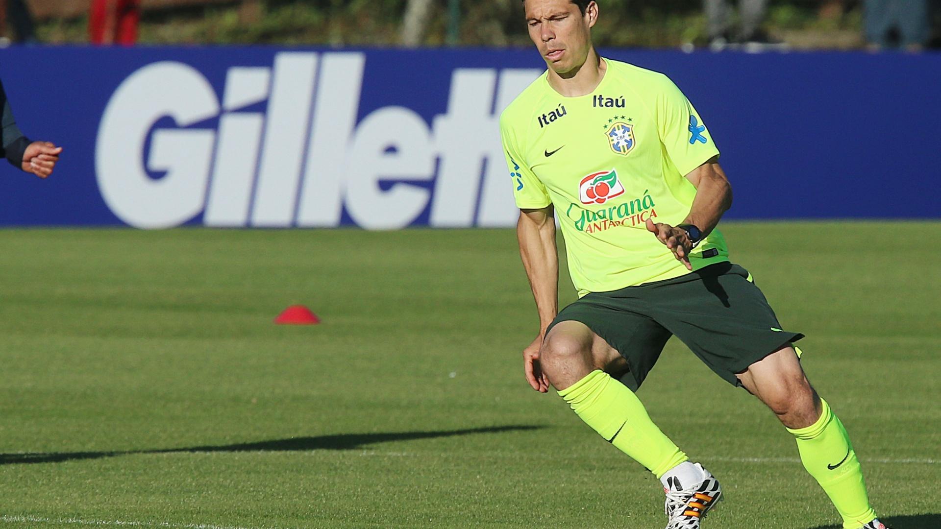 04.mai.2014 - Hernanes corre durante treino da seleção brasileira em Teresópolis