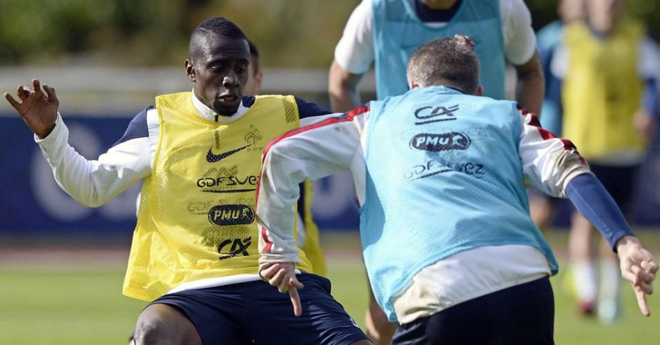 Blaise Matuidi tenta tomar bola do goleiro Mickael Landreau em coletivo da seleção da França em Clairefontaine-en-Yvelines