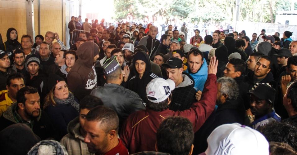 04.jun.2014 - Busca por ingressos da Copa tem confusão e empurra-empurra no Ginásio do Ibirapuera, em São Paulo