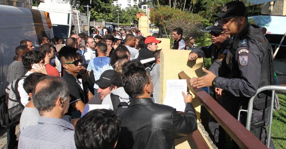 Busca por ingressos no Rio de Janeiro teve confusão entre os torcedores, que buscavam entradas para os jogos do Brasil no Maracanã