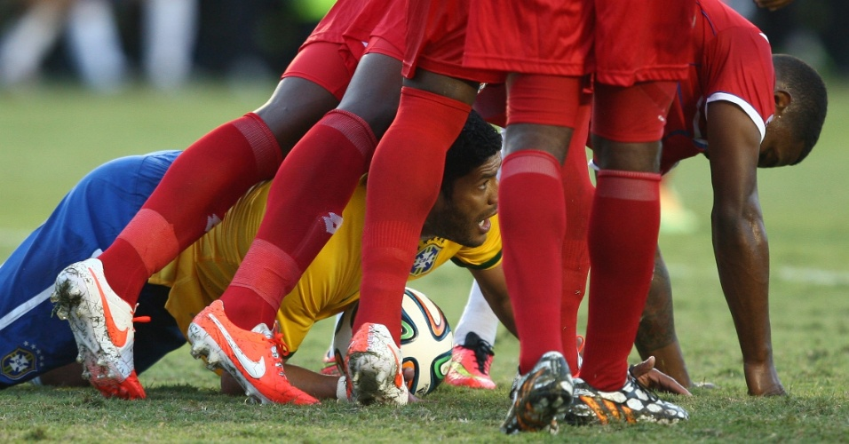 Hulk durante jogo do Brasil com o Panama
