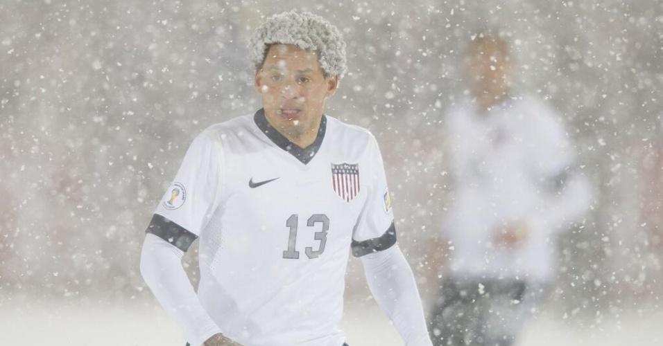 Jermaine Jones, volante dos EUA, fica com o cabelo repleto de flocos de neve em jogo das eliminatórias da Copa