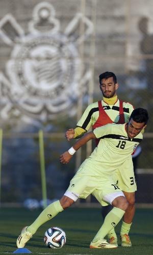 Jogadores iranianos participam de coletivo em primeiro dia de treinos no CT Joaquim Grava, do Corinthians