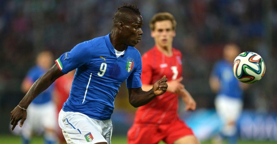 Mario Balotelli, da Itália, tenta jogada de velocidade em amistoso contra Luxemburgo, em Perúgia